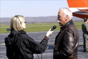 Contenido Crowdsourcing Entrevistas reportera TV entrevistando