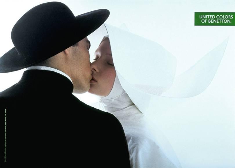 cura y monja besandose